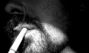 Muž fajčiaci cigaretu