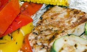 Grilované kuracie mäsko so zeleninou a chutnou barbecue omáčkou