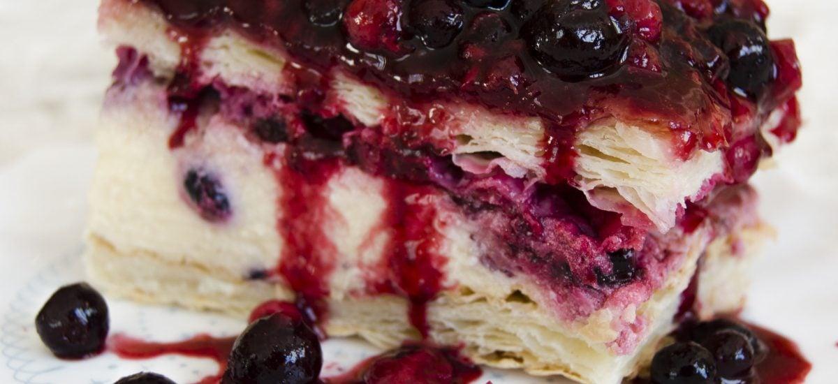 Pudingový koláč z lístkového cesta s drobným ovocím