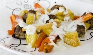 Mäsové guličky na omáčke z gorgonzoly a pečenej zelenine