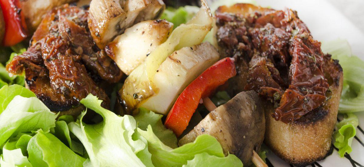 Zeleninové špízy so syrom na grilovanie a bruschettou