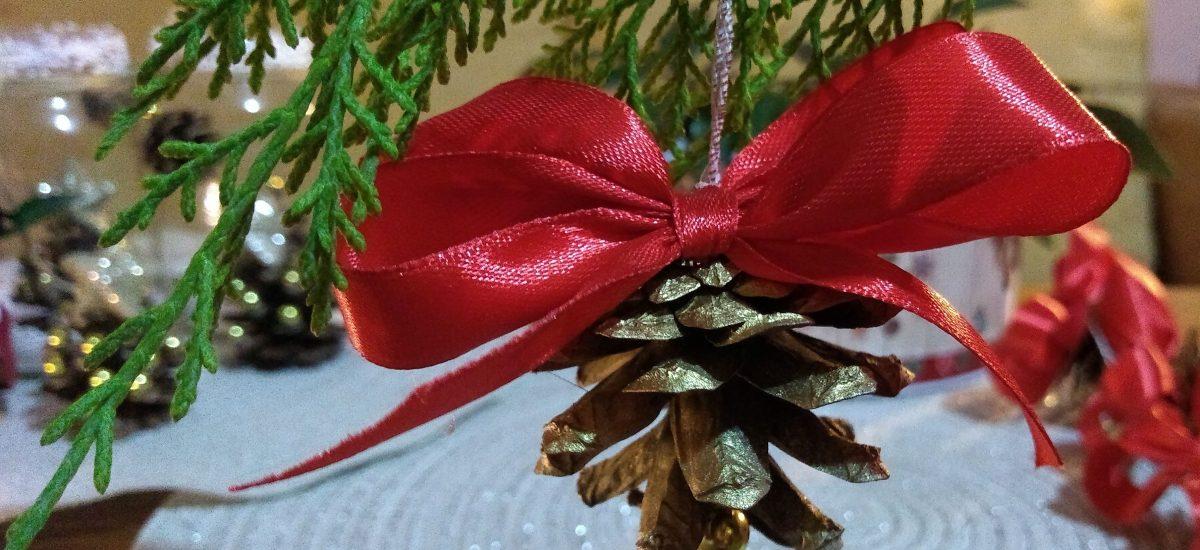 Vianočné ozdoby zo šišiek