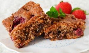 Višňovo-malinový koláč s orechami a čokoládou
