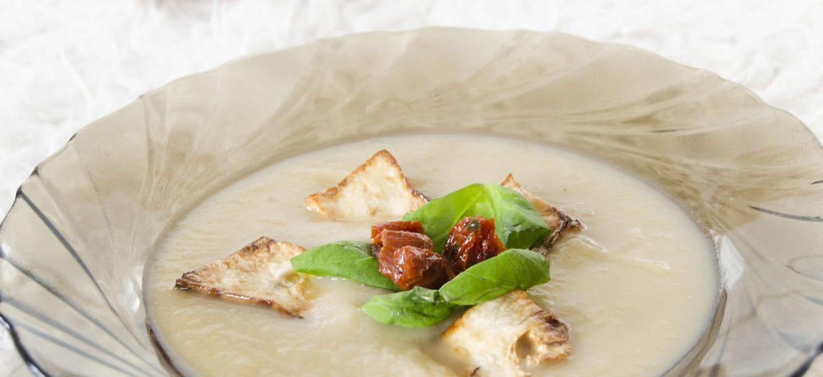 Zemiakovo-zelerová polievka so sušenými paradajkami a bazalkou