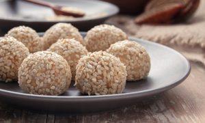 Domáci dezert so sezamovými semienkami