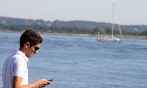 Muž používajúci mobil