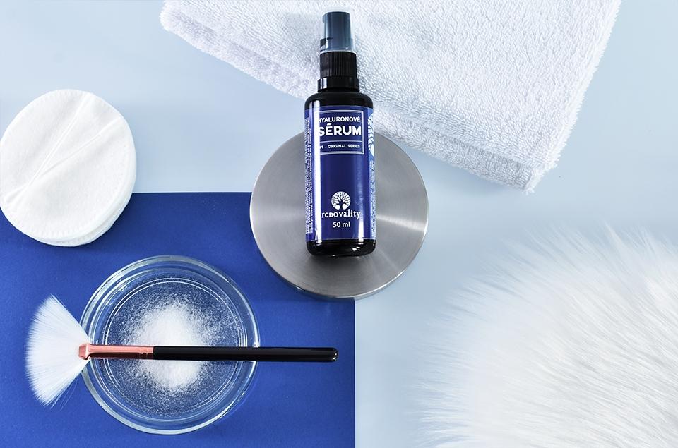 Kyselina hyalurónová obsiahnutá v sére od značky Renovality je najznámejšia zbraň v boji proti predčasnému starnutiu pokožky.
