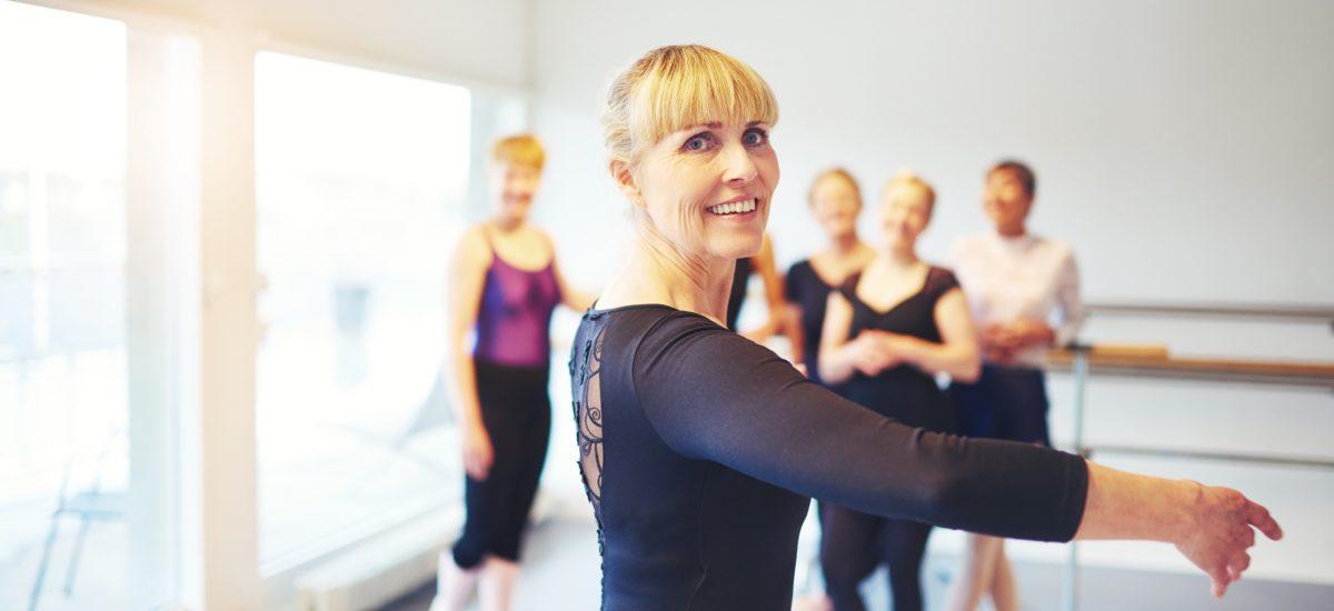 Žena tancuje pri skupinovom cvičení v telocvični