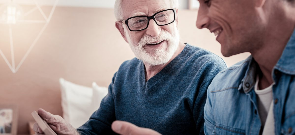 Otec so dospelým synom sa veselo rozprávajú