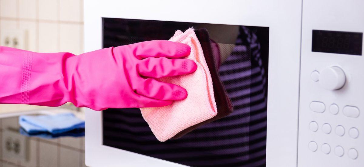 Čistenie mikrovlnnej rúry v kuchyni