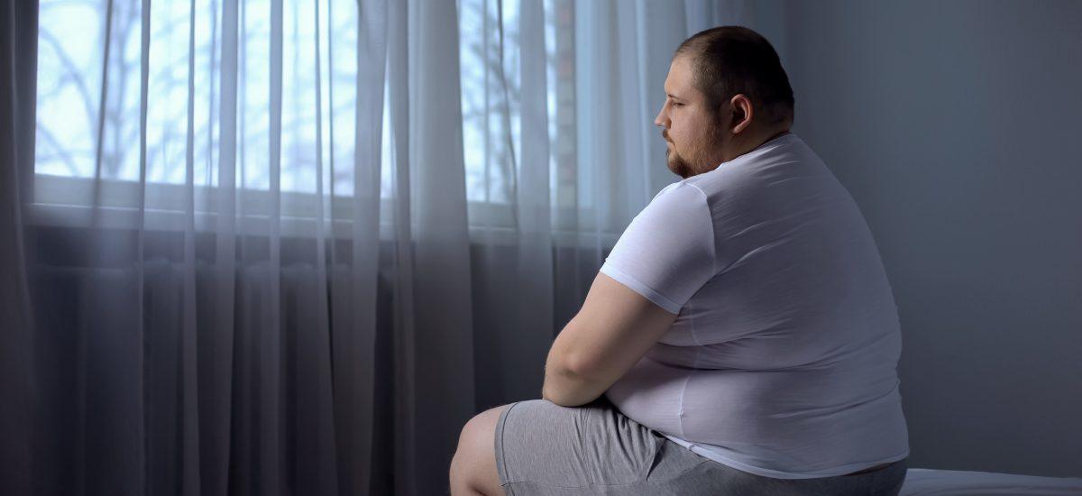 muž sediaci na posteli
