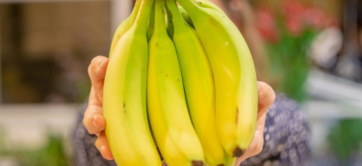 Trs banánov v rukách