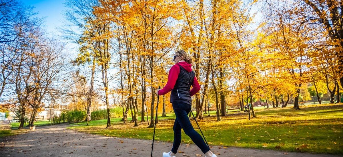žena v parku robí rýchlochôdzu