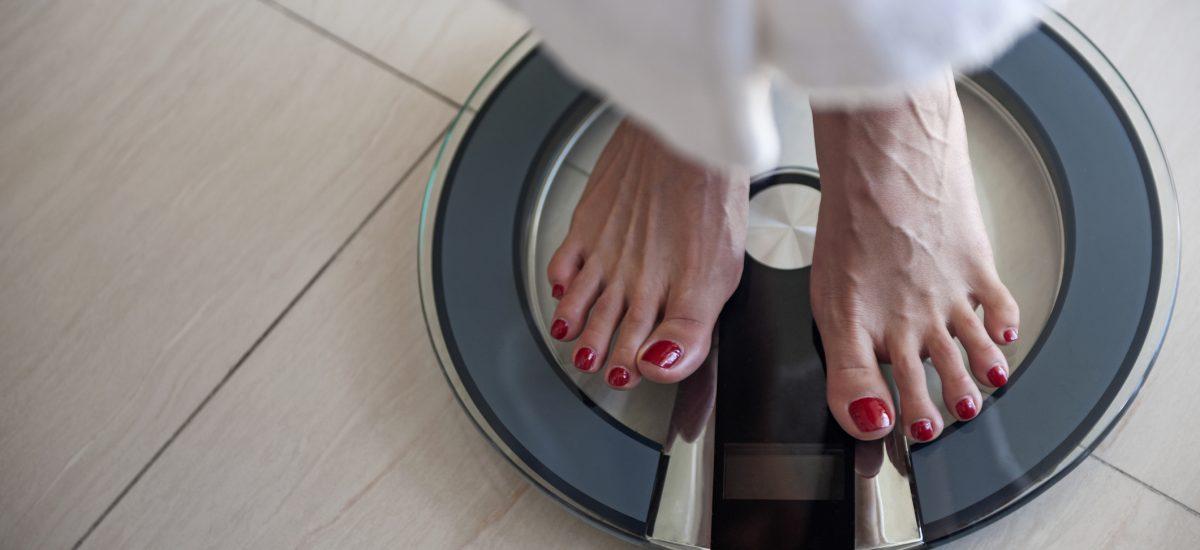 Žena stojaca na váhe