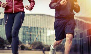 Muž a žena behajú v meste