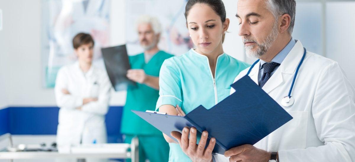 Doktor a sestra pozerajú do zdravotnej karty