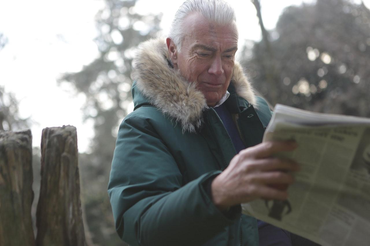Muž číta noviny