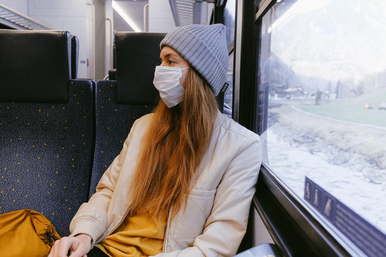Dievča s rúškom v autobuse