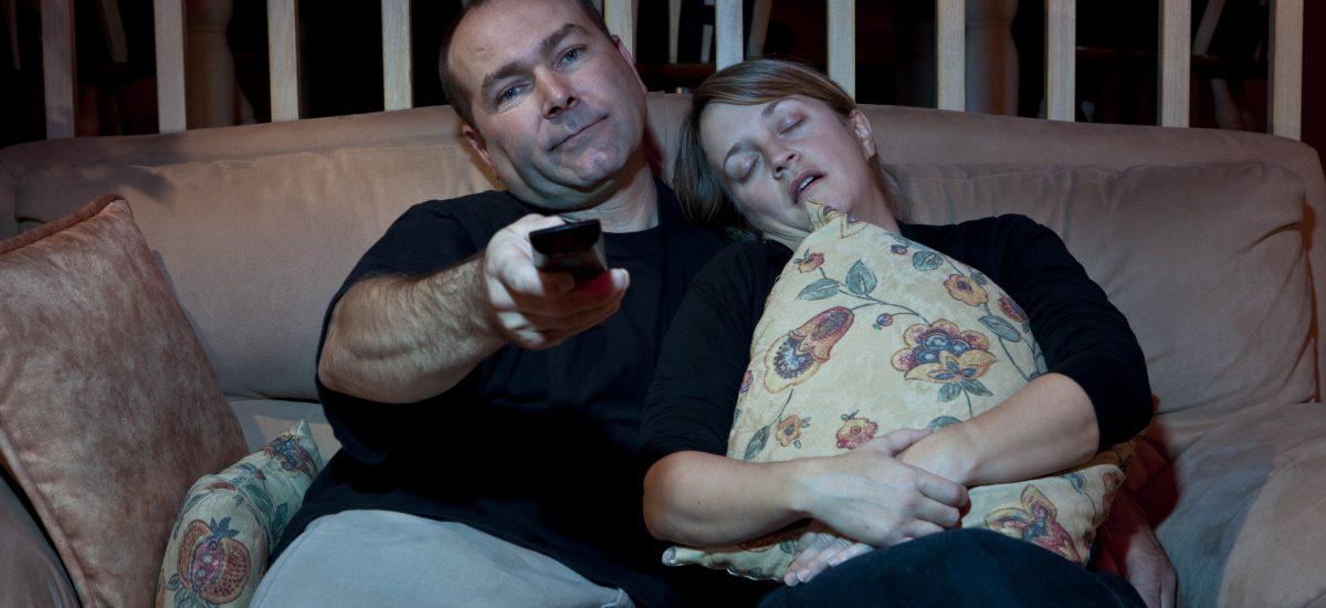 starśí pár pred televízorom ponocuje
