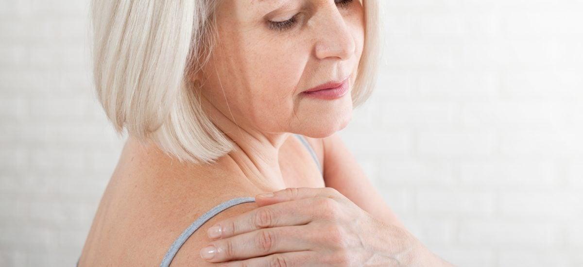 Žena s boľavým ramenom