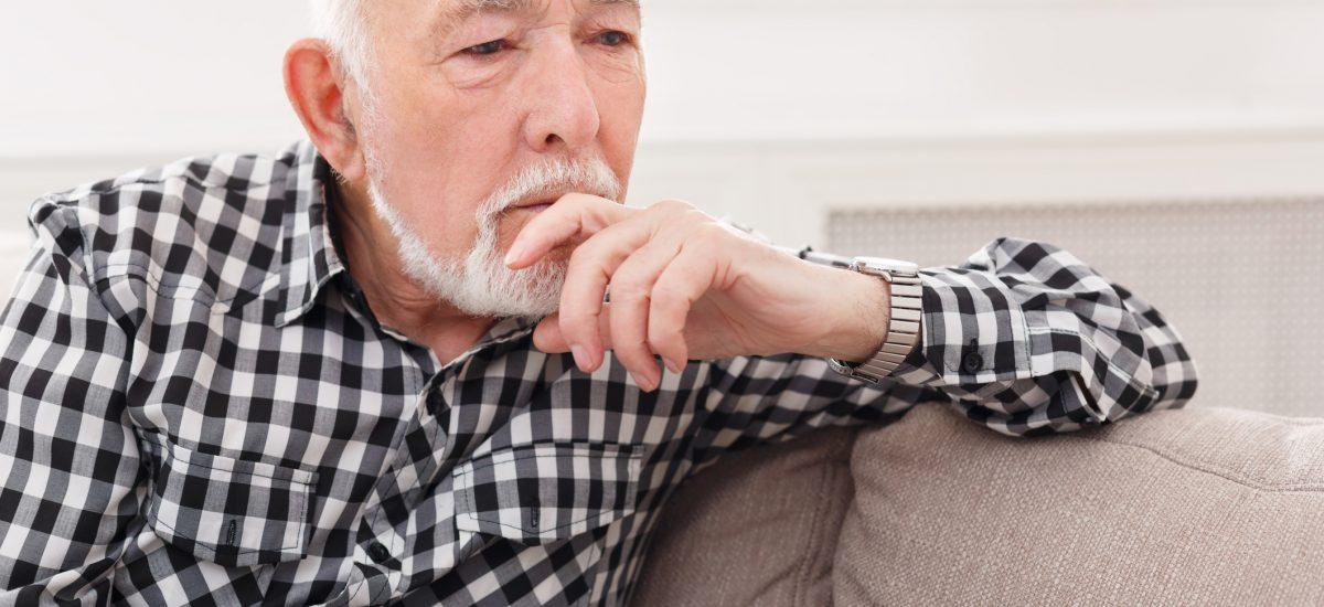 Starší muž rozmýšľa