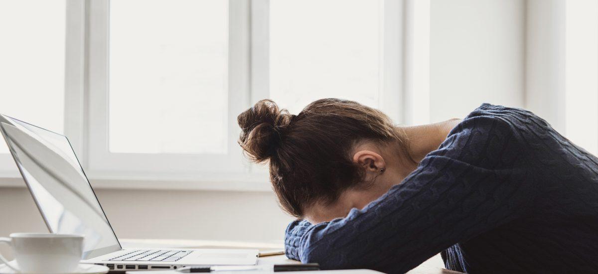 Unavená žena s hlavou na stole