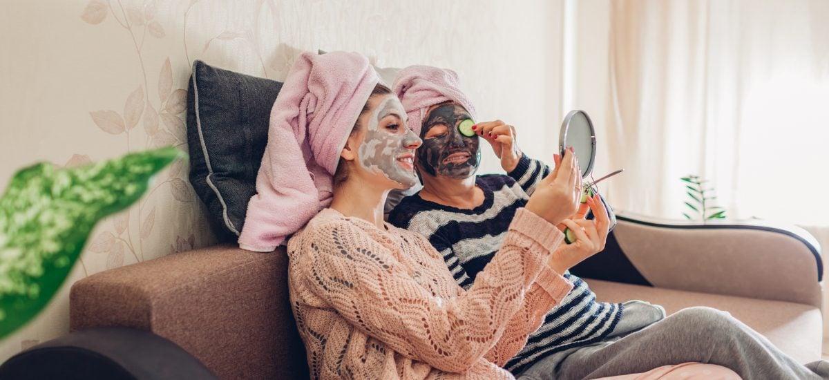 Matka a dcéra s pleťovými maskami