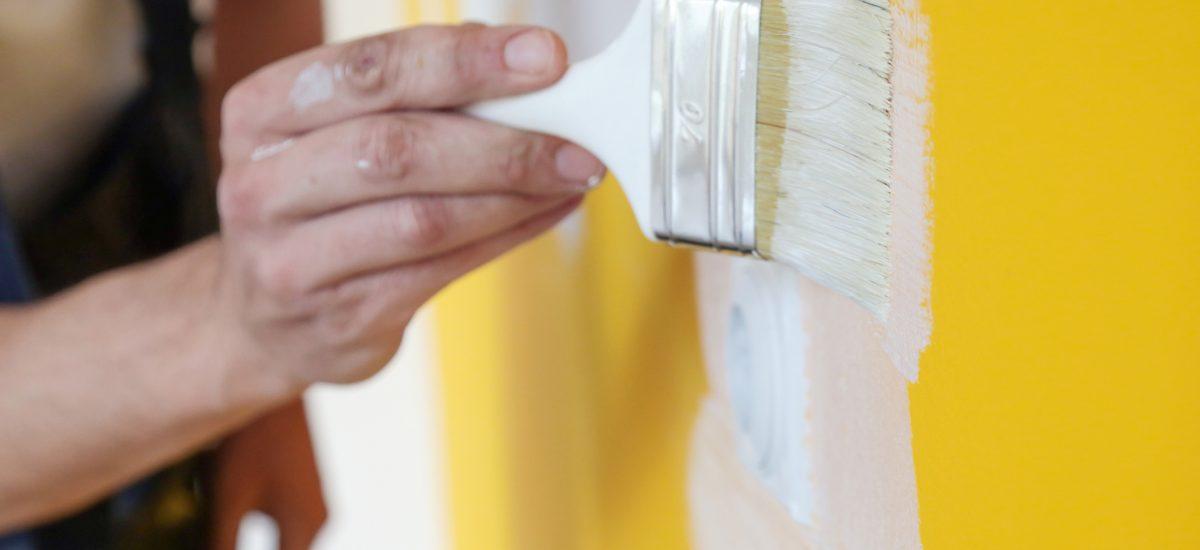 Maľovanie steny štetcom na bielo