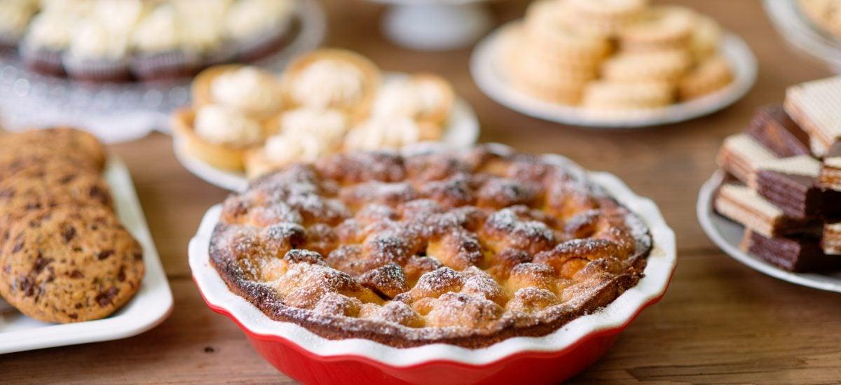 Sladké koláče a sušienky na stole