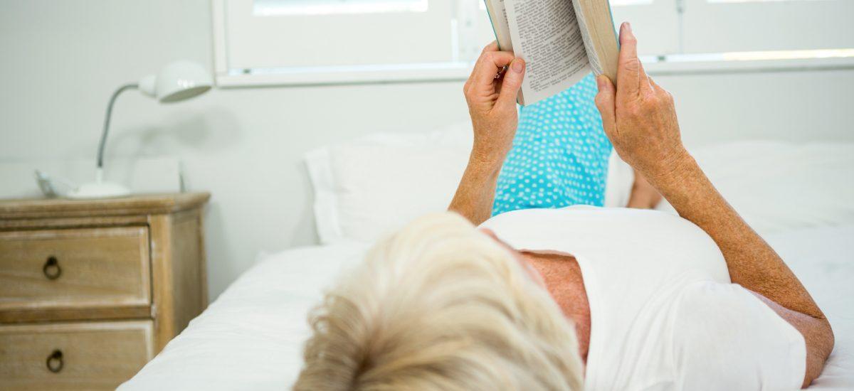 žena čína knihu na posteli