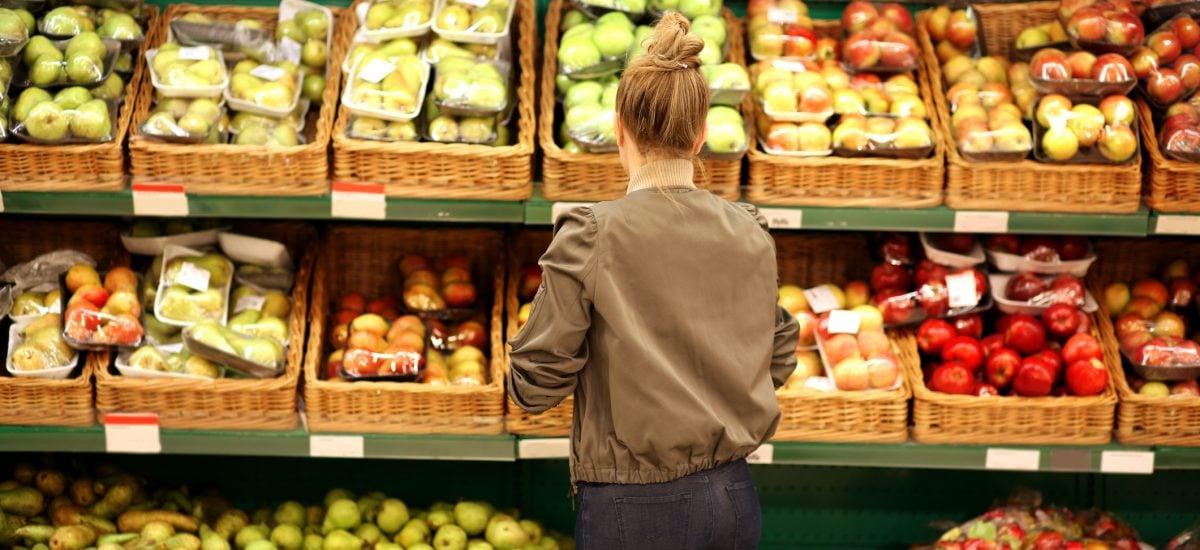 Žena vyberá v obchode ovocie a zeleninu