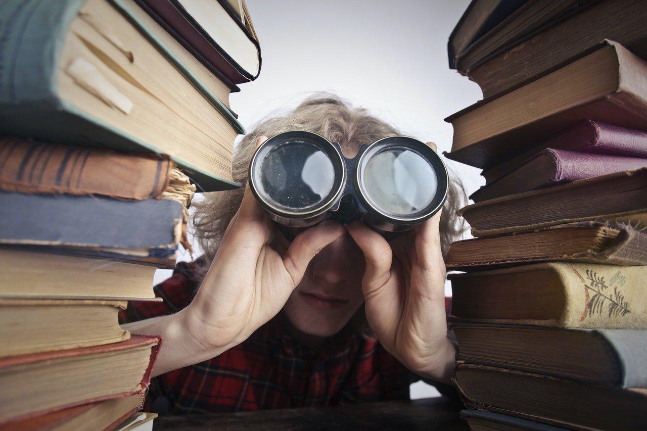 žena hľadá medzi knihami