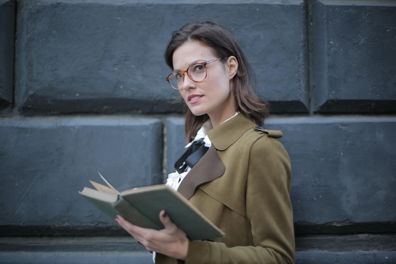 žena s knihou v okuliaroch