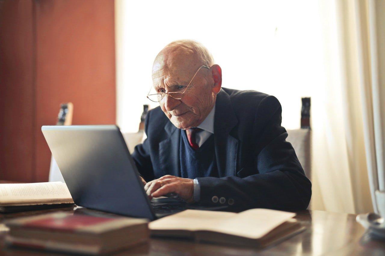 Starý muž s notebookom