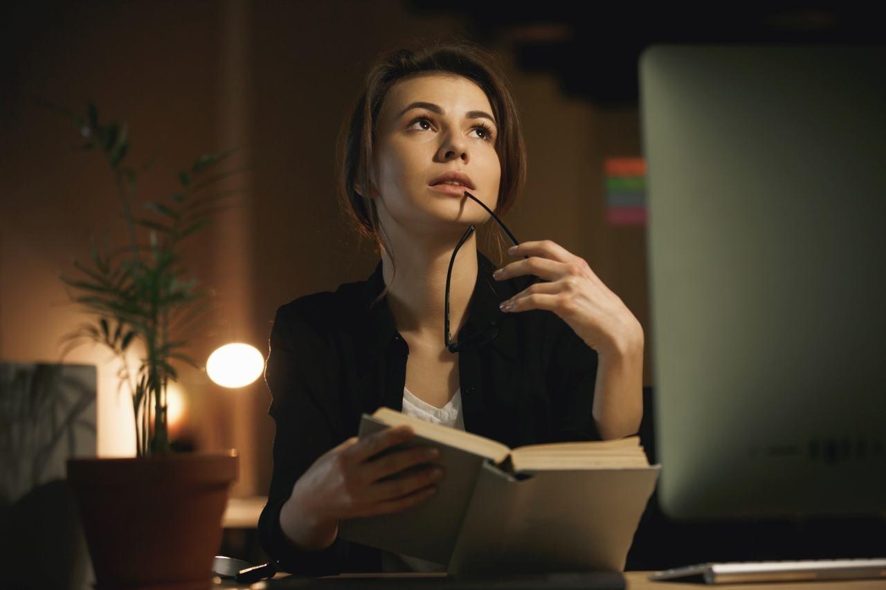 žena s knihou a okuliarmi