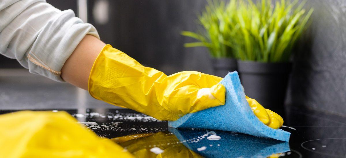 Umývanie sporáku s modrou handrou.