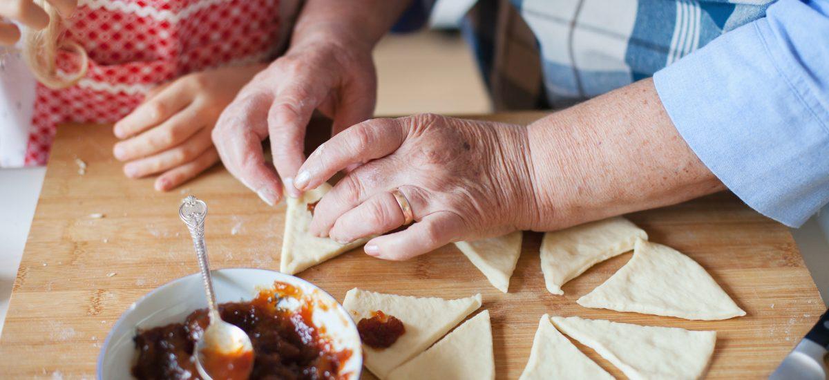 Stará mama učí vnučku variť