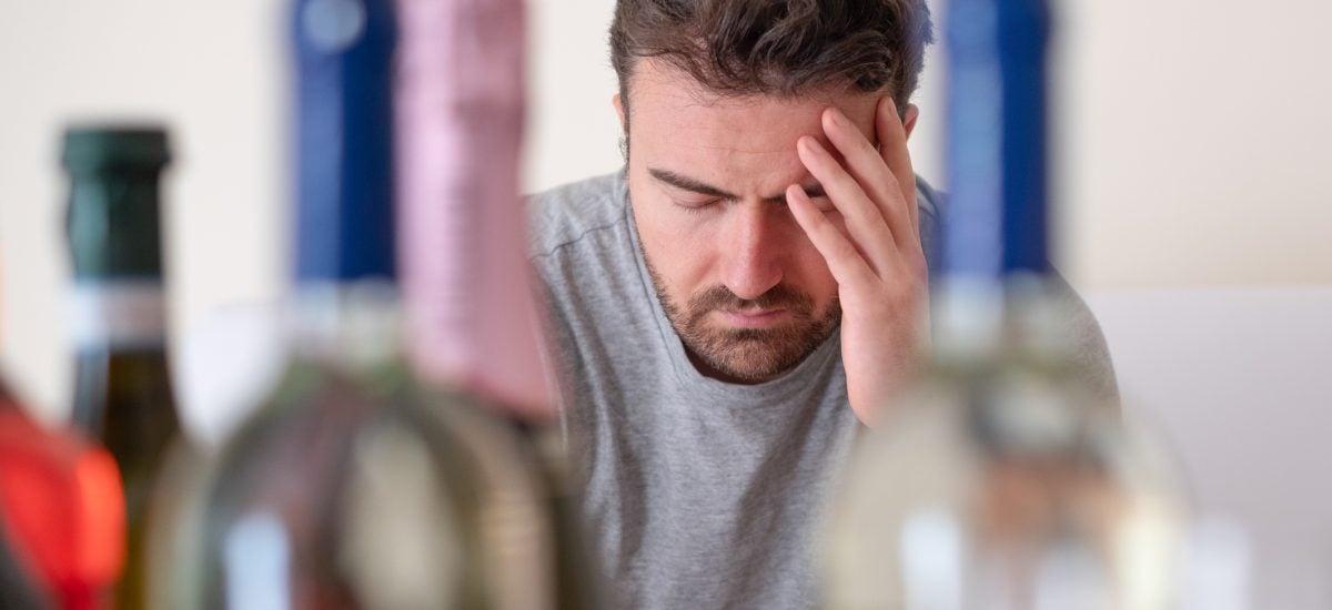 Muž v depresii s bolesťami hlavy