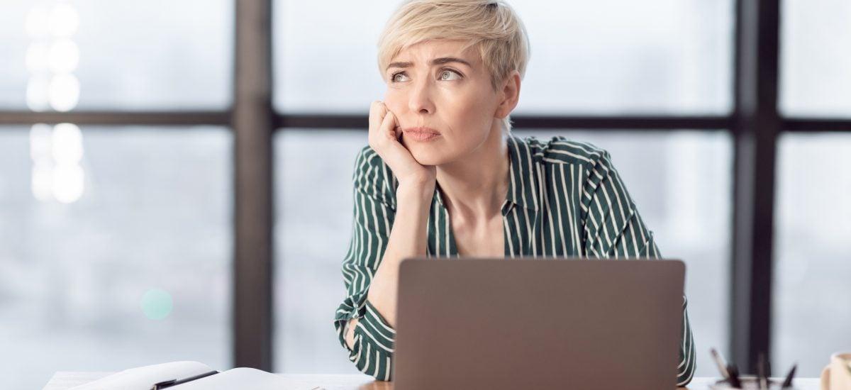 Premýšľajúca pani v kancelárii