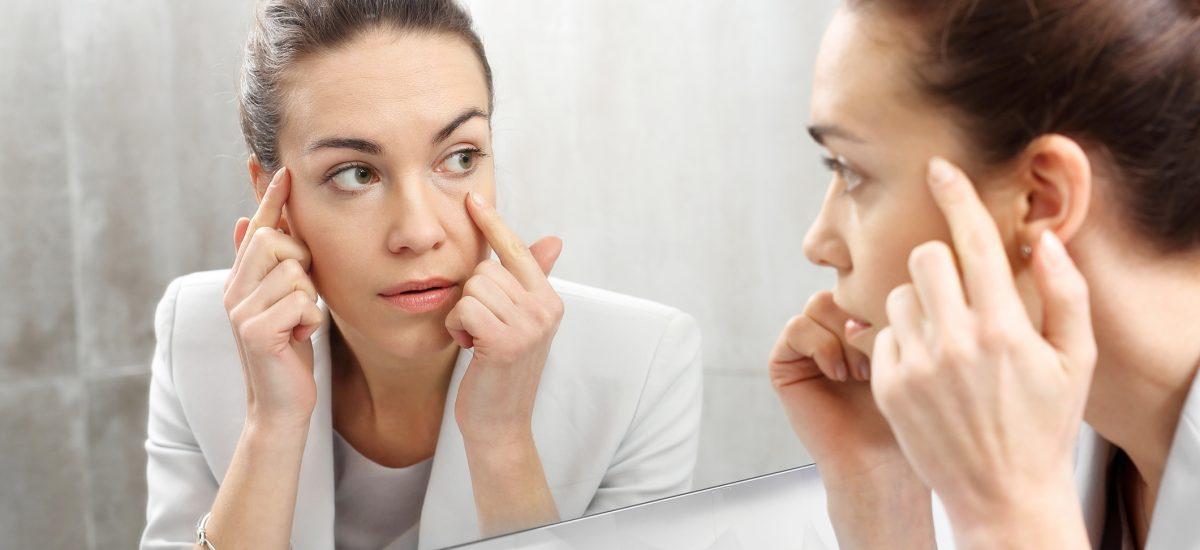 Žena obzerajúca sa v zrkadle