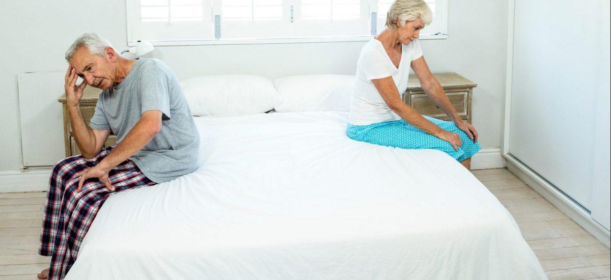 Rozdelený seniorský pár v spálni
