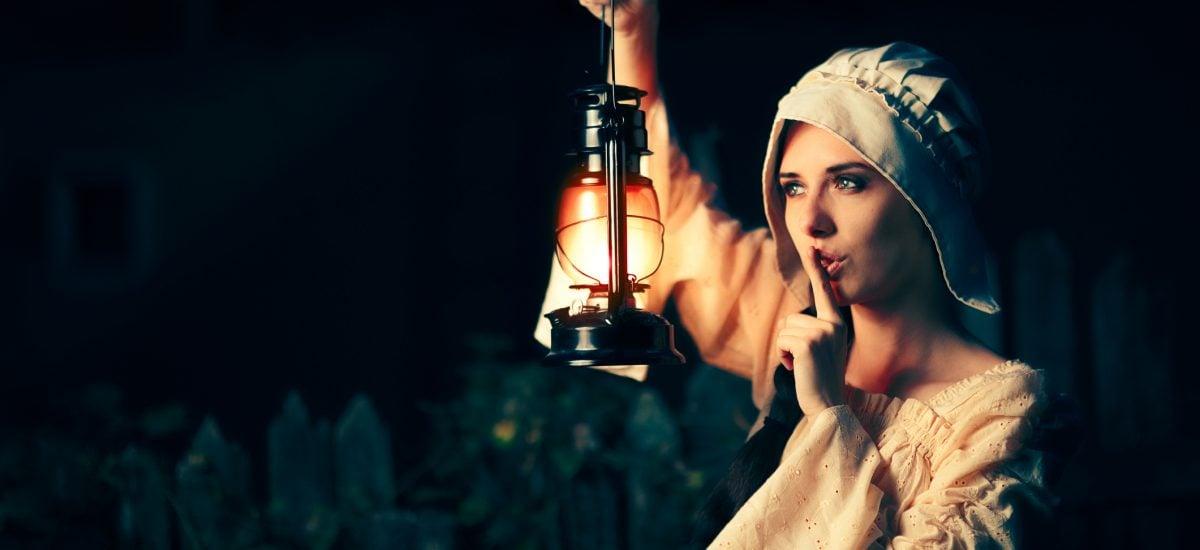 Stredoveká žena s lampou