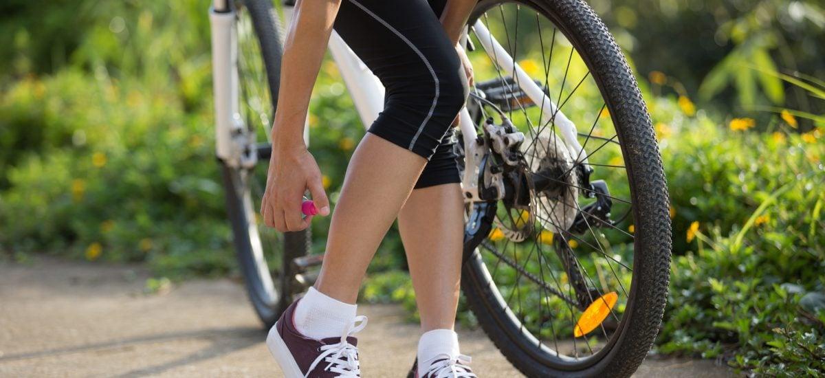 Žena používa repelent na nohu