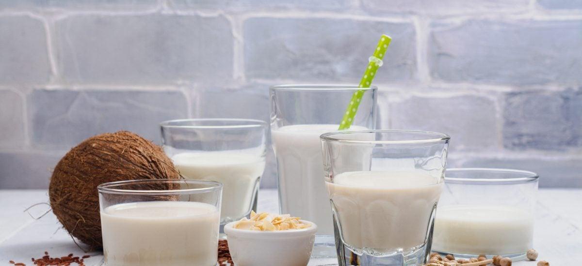 Rastlinné mlieka a vegánske potraviny na stole
