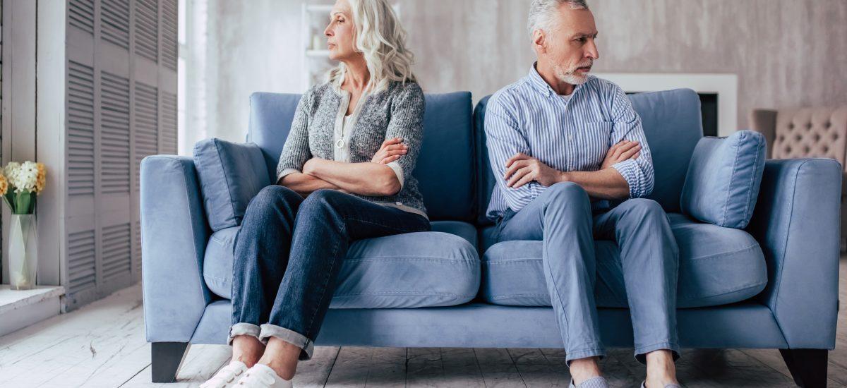 Žena a muž sediaci na pohovke