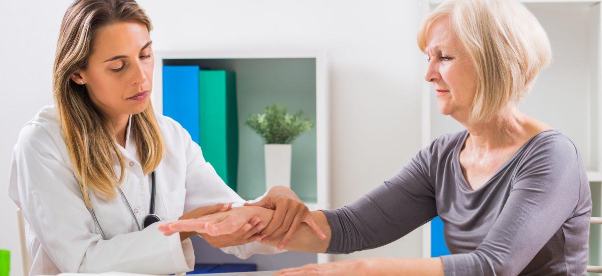 Žena na vyšetrení osteoporózy