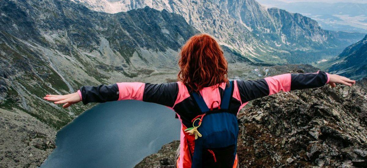Žena sedí na skale