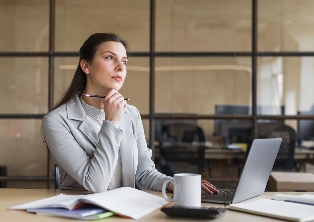 žena uvažuje nad počítačom