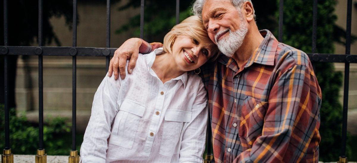 Objímajúci sa pár seniorov
