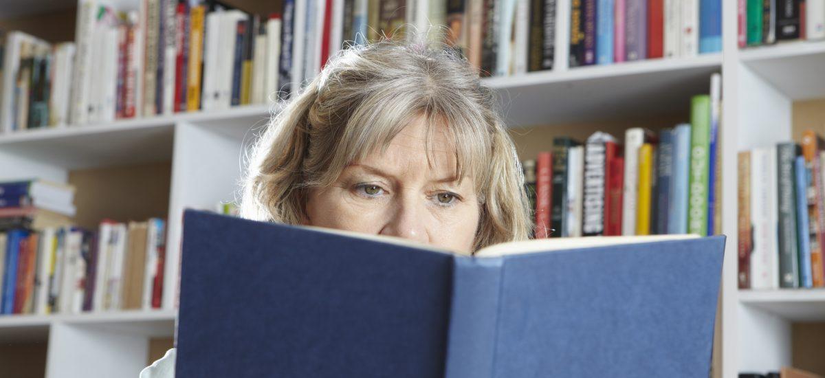 staršia žena číta knihu